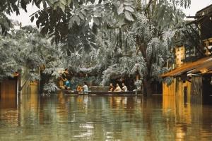 """Những câu chuyện đáng yêu đằng sau bộ ảnh """"Venice Hội An"""" thắp sáng những ngày mưa lũ"""